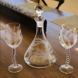 🌴Tommy Bahama Palm Decanter & 2 Wine Glasses🍷🍷